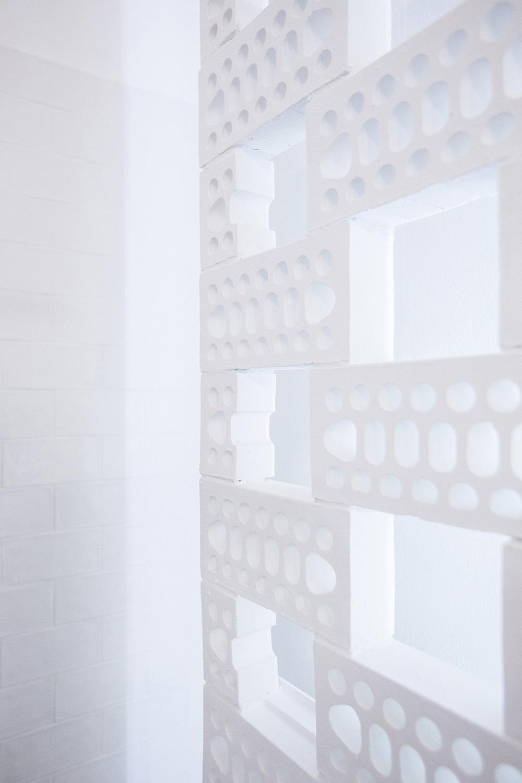 ceramica-muro-mattoni-graticcio-retroilluminato