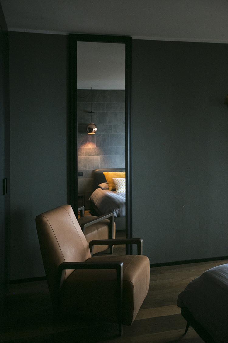 interior-design-camera-letto-specchio-poltrona