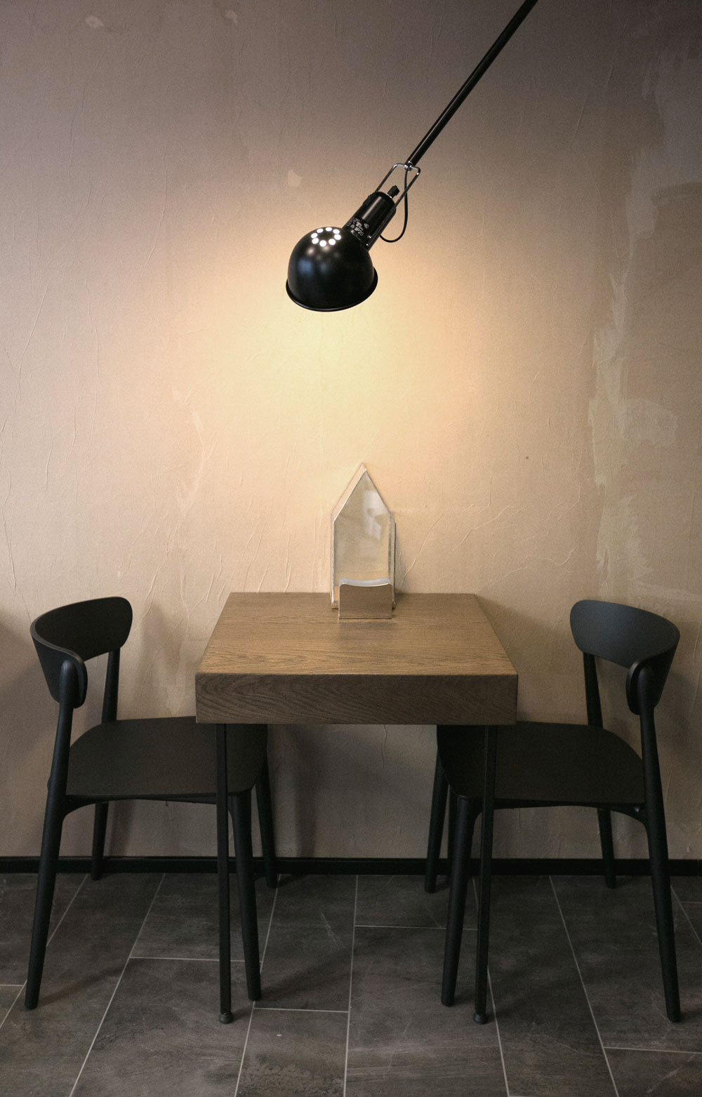 arredamento-bar-caffetteria-sedie-tavolo-lampada