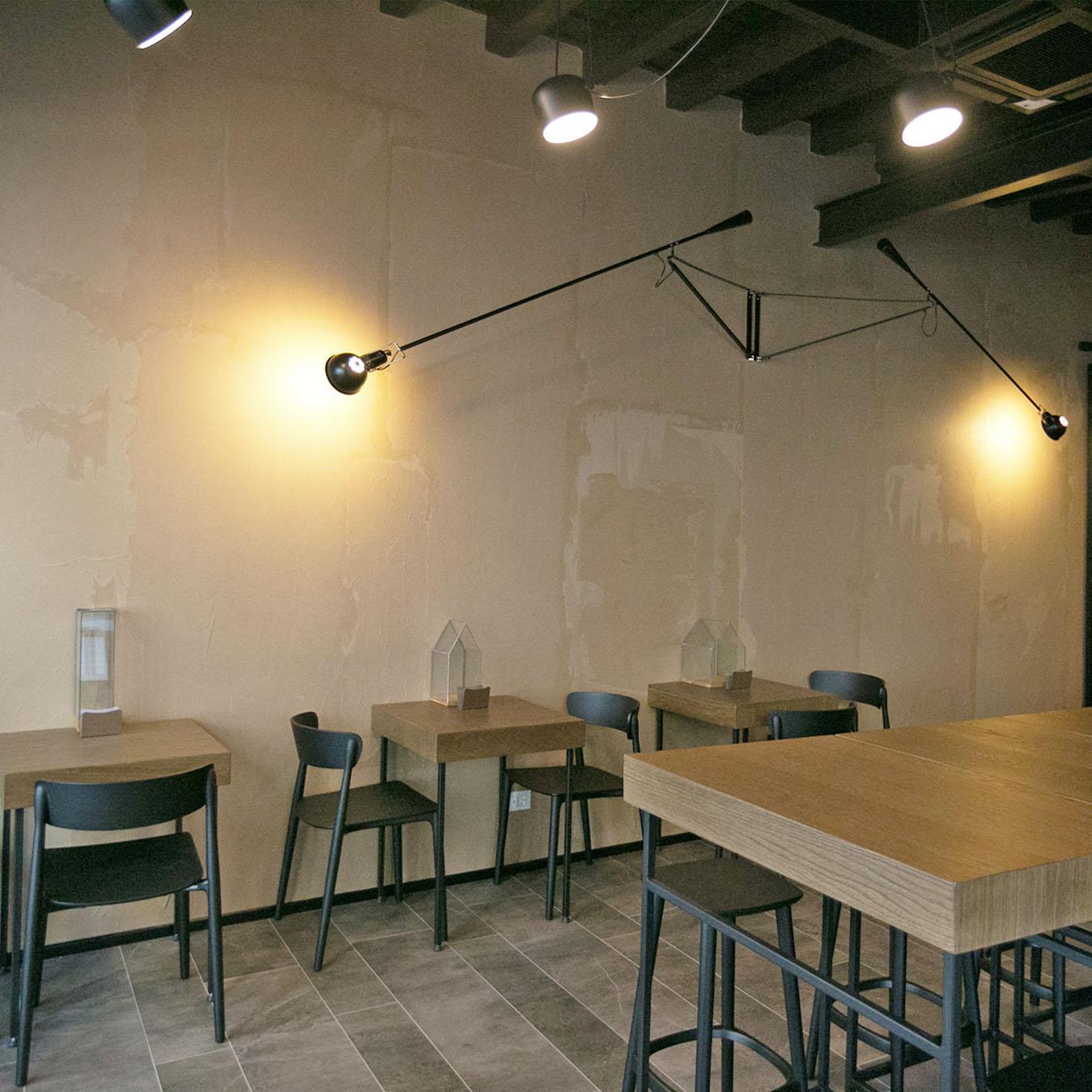 Interni-bar-caffetteria-design-legno-sedie-tavoli-bancone-lampade