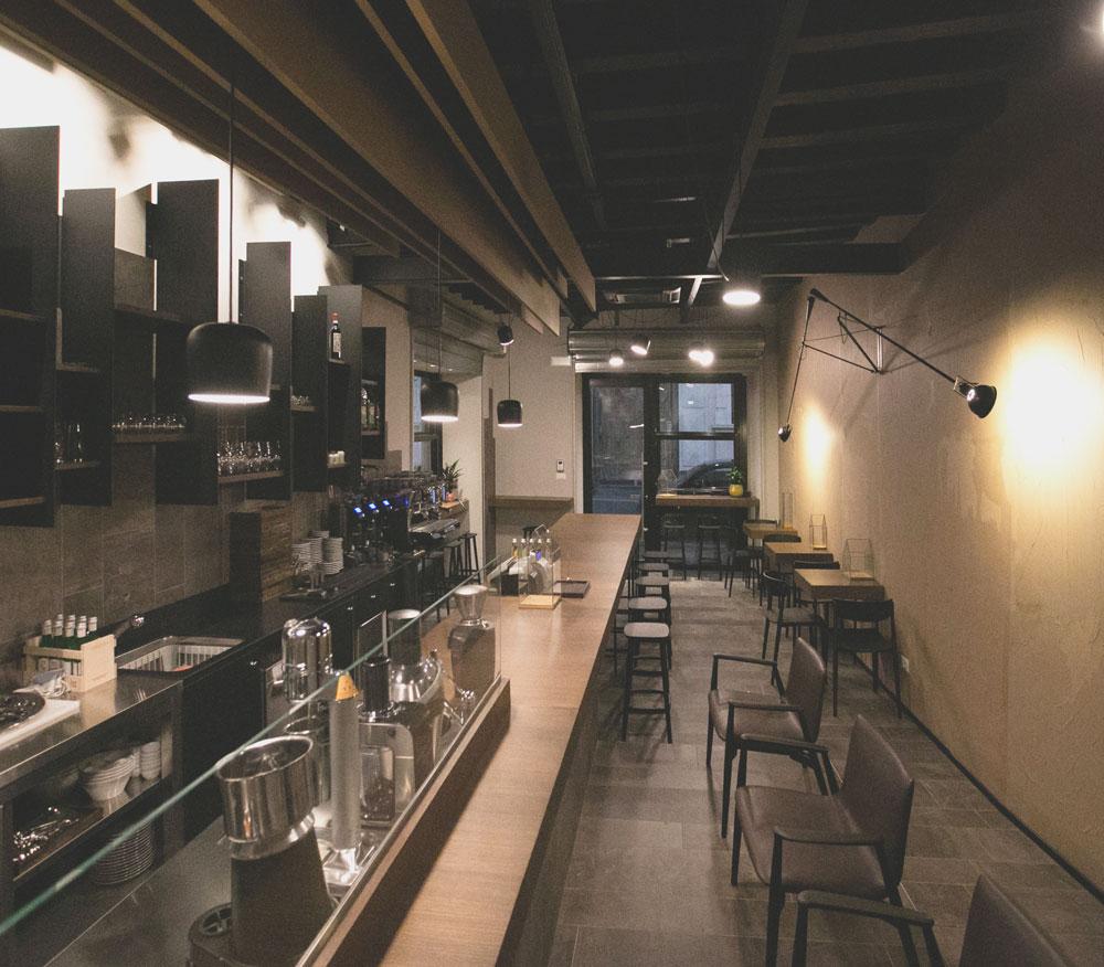 design-interni-bar-bancone-sedie-tavoli-lampade