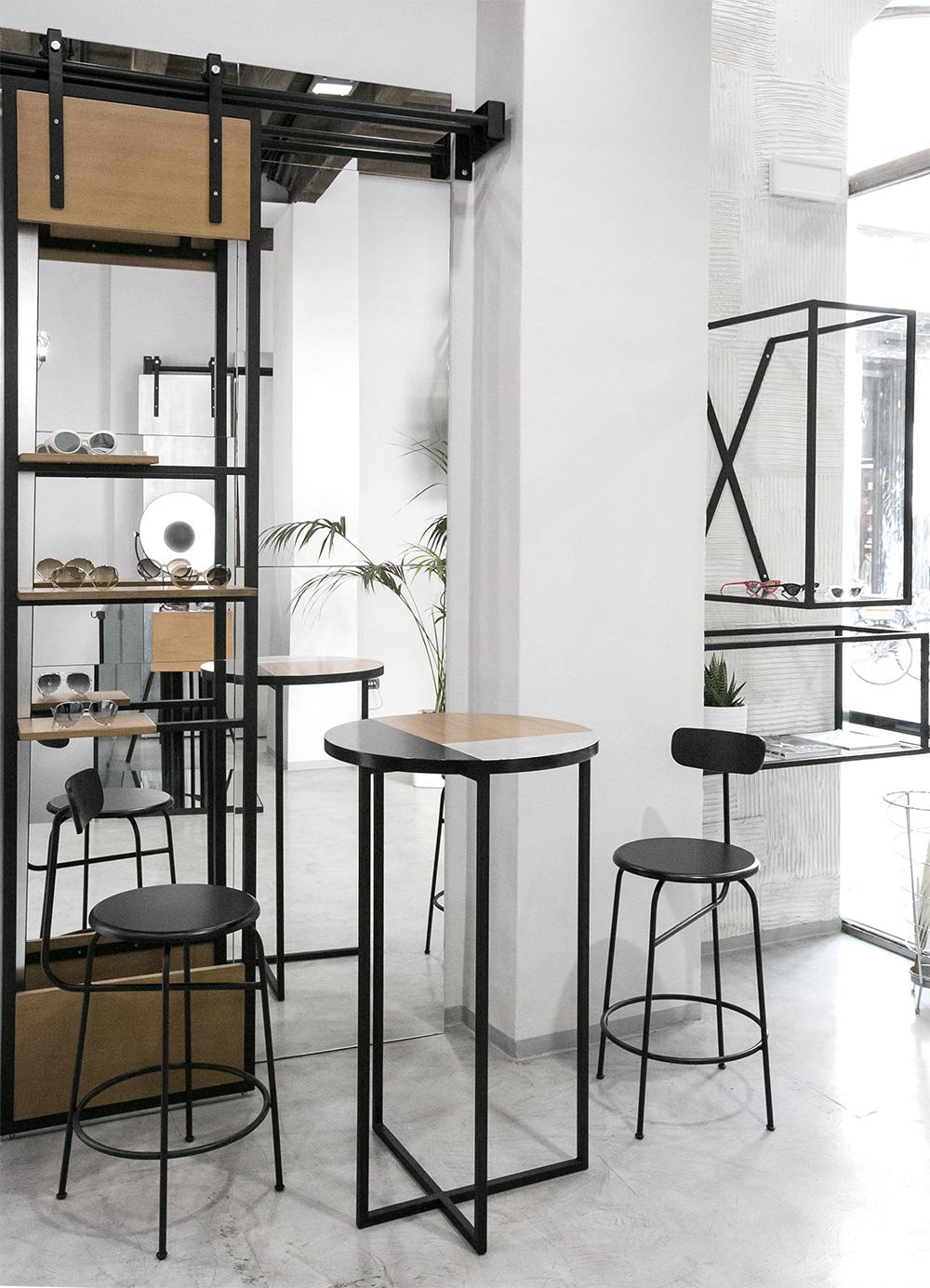 interni-arredo-negozio-tavolo-sgabelli-specchi
